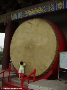 xian-drum_tower-boy_at_big_drum